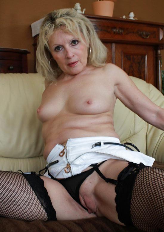 Milf blonde poilue en dentelles sexy se fait manger la moule - 2 part 3